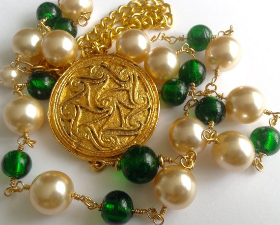 Vintage XL glass pearl necklace with a large gold plated medallion