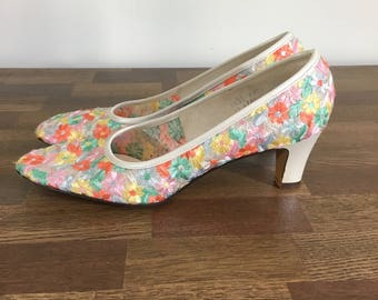 Vintage 1960s Embroidered Floral Heels - 60s White and Pastel Flower Pumps - Size 7.5, 8 Narrow
