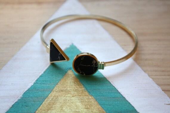 bracelet jonc doubles triangle et rond faux marbre noir et. Black Bedroom Furniture Sets. Home Design Ideas