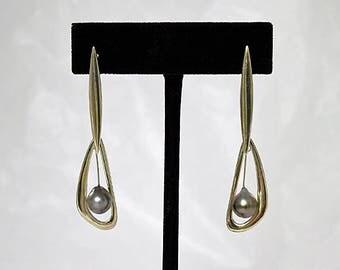 Boucles d'oreille en argent, forme contemporaine et perle de Tahiti - BO006