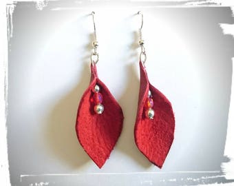 Earrings leather with pearls.