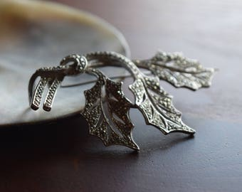 Vintage 1950s Silver Marcasite Ribbon Christmas Holly Leaf Brooch
