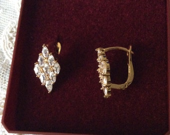 VINTAGE SPARKLY STONES Earrings-Gold Plated-Very Elegant Vintage Jewelry
