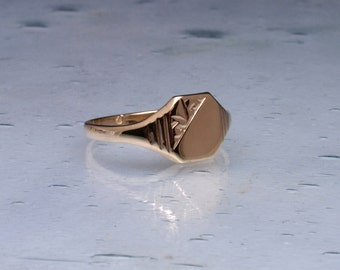 Fine engraved signet ring in 9ct gold