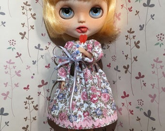 Dress printed with roses for your doll Blythe