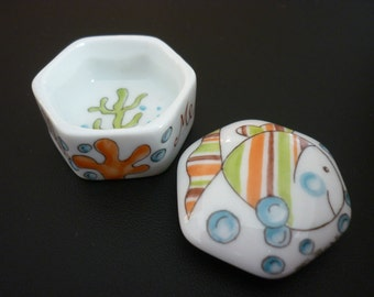 Small box fish bubbles 3.8 cm teeth porcelain hand painted