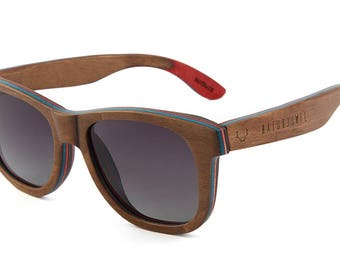 Special natural jewel wood glasses; Sunglasses from skateboard wood in the stylish look of the Wayfarer Brown including glasses bag