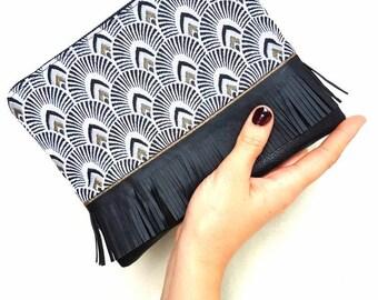 Pochette mini JULIA faite main en bi matière. Simili cuir et jacquard motifs plumes de Paon couleur noir et or.  Breloque perle et brillants