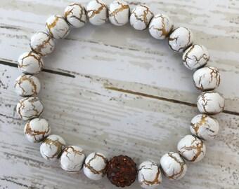 Beaded bracelet in white and gold