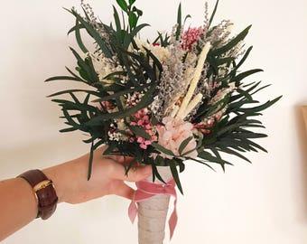 Ramo pequeño de flores preservadas y eucalipto  en tonos rosa - Small flower bouquet made of preserved pink flowers and eucaliptus