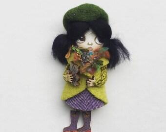 Bonbon-baby doll with brooch