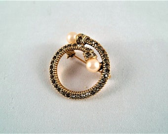 """Round Brooch/Pin Faux Diamonds-Gold Trim-Pearl Accent Vtg Costume Jewelry 1"""""""