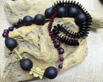 Ethnic necklace collar large black beads seeds Baoulé Ruby rose coco brass