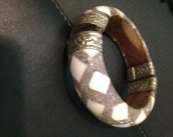 Vintage cuff bracelet with grey and creme design