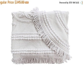 HOLIDAY SALE - White Needle Tuft Blanket w/ Fringe -Cabin Crafts Blanket - Solid White - Twin Full Coverlet - Vintage Bedspread