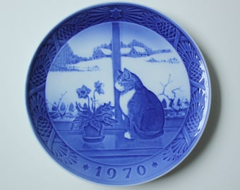 Christmas Rose and Cat - Royal Copenhagen blue and white Commemorative Christmas plate - 1970 Denmark Christmas