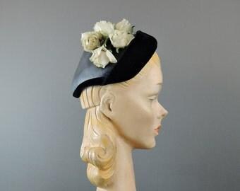 Vintage 1950s Hat Black Straw & Velvet with Ivory Flowers, fits 21-23 inch head, Ladies Floral hat