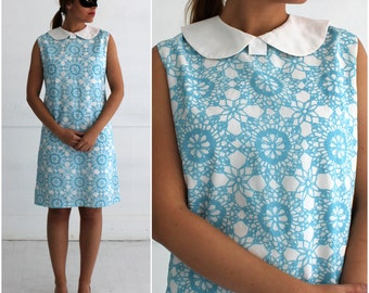 Vintage 1960s Blue and White Patterned Sleeveless Shift Dress with White Peter Pan Collar   Medium/Large