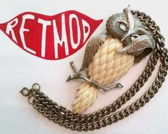 SHY OWL Vintage 70s Chunky Statement Necklace in Metal and Cream Resin - FAB!