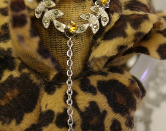 Beautiful vintage wreath shaped brooch with diamante and chain detailing