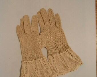 HOLIDAY 30% OFF She Shall Have Music - 1930s Beige Ecru Crochet Gauntlet Gloves - 5.5/6