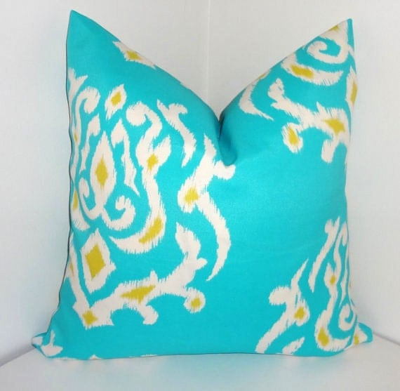 housse de coussin ext rieur turquoise imprim ikat jaune bleu. Black Bedroom Furniture Sets. Home Design Ideas