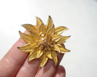 Vintage Flower Brooch - Gold Floral Pin - Retro Statement Jewellery 1070s