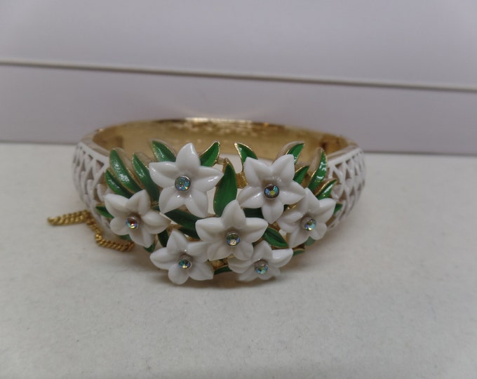 CROWN TRIFARI Signed Vintage White Enamel & Crystal Floral Hinged Bangle Bracelet