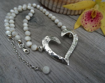 Hammered heart choker. Sterling silver and nacre.