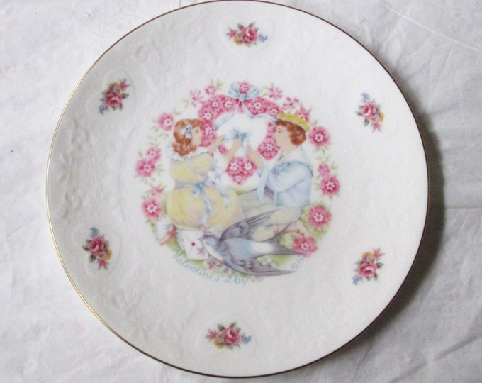 "Vintage 8-3/8"" Royal Doulton MY VALENTINE 1977 Collector's Plate, Pink Hearts"