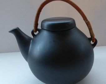 Stylish ARABIA of Finland Teapot by ULLA PROCOPE. Larger Size - 1960s in Matt Black with Original Cane Handle