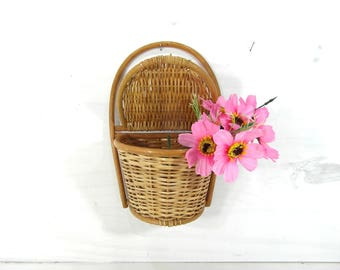 Small wicker hanging basket, lidded basket, plant holder basket, utensil holder basket, wall hanging basket, French vintage. French country.