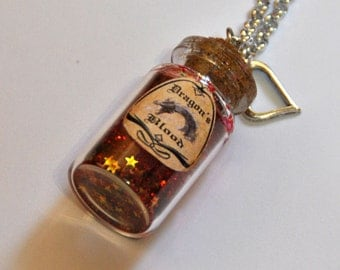 """Necklace """"dragon's blood"""", in a glass bottle, charms, hearts, red glitter, potion Harry Potter"""