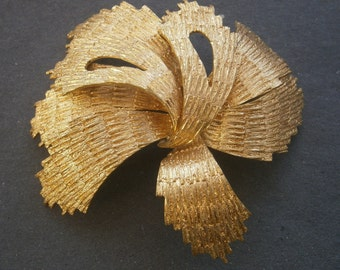 B929) A lovely large vintage gold tone textured metal abstract sculptural  floral brooch