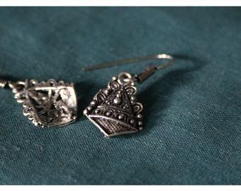 Lamara, playful earrings from Tibetan silver