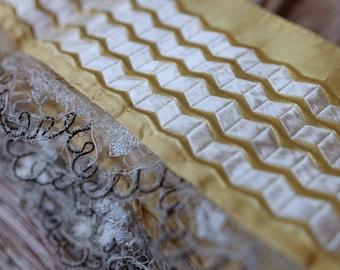 Francés de 1800 rara seda jacquard amarillo hecho a mano y motivos brocados geométricos blancos con encaje vestido acabado, tapizado de sombreros de diseño de vestuario