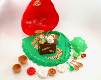 Vintage Strawberry Shortcake Berry Bake Shoppe case and accessories - 1980, 80s toys, bake shop, pies