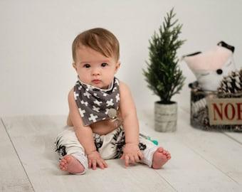 Bavoir bandana croix suisse gris, bavette cadeau nouveau ne naissance/ Grey Swiss Cross baby Bandana bib bibdana Newborn gift