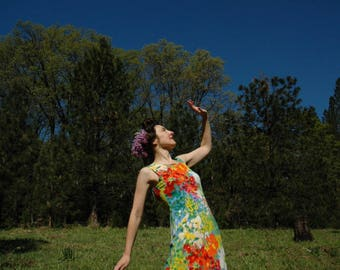 Size Small... Vintag Floral Maxidress... Vivid Painterly Flower Print... Flowing Rayon