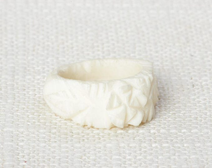 Ivory Colored Vintage Ring Plastic Carved Flowers Floral US Womens Sizes   Bin # 7D