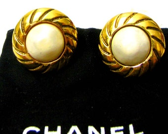CHANEL, earrings in gold metal and half glazed Pearl vintage