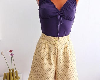 Vintage 80s yellow and Purple Shorts high waist. Small floral print. Size S
