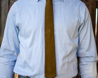 Brown skinny tie with subtle line pattern