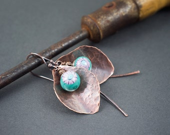 boho rustic earrings • artisan lampwork glass beads • hand hammered copper leaves dangles • oxidized • murini beads • flowers • entre2et7