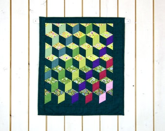 Green Patchwork Quilts, Green Wall Hangings, Modern Wall Quilts, Modern Quilts, Abstract Quilts, Preppy Quilts, Quilt Wall Décor