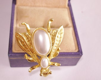 Bee Brooch Pearl Gold Tone
