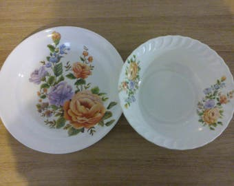 Two flat bowls in melanin - plastic vintage - retro dishes - flowers