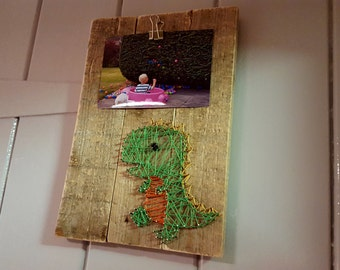 Little Dino ! Dinosaur String Art - Photo frame / hanger - Perfect kids gift for bedroom - Recycled wood -  Rustic Shabby Chic