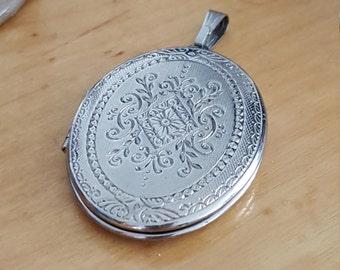 Vintage pendant locket