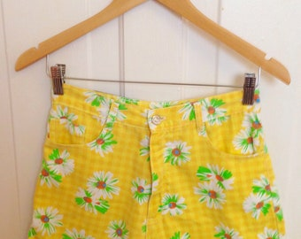 Vintage 70s-inspired Daisy Hotpants